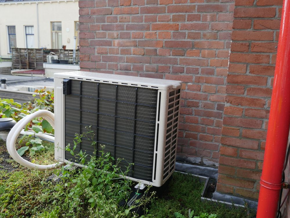 photo outside unit heat pump on the roof of the kitchen, 18 October 2016